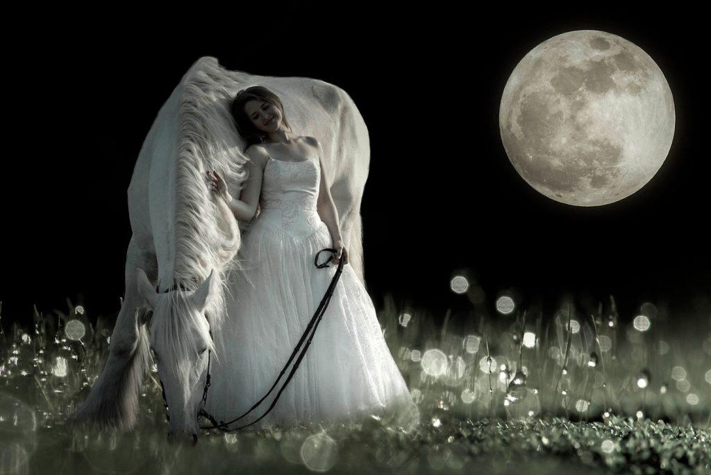 caballo blanco acompañado de chica y la luna