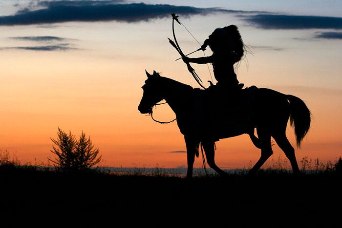 Indio sobre caballo mustang